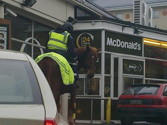 policier à cheval mcdrive mc donalds